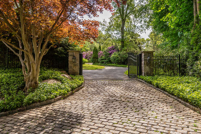 Daniel Gale Sotheby's International Realty Brookville in NY