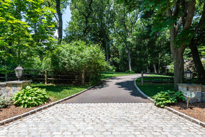 Daniel Gale Sotheby's International Realty Oyster Bay Cove in NY