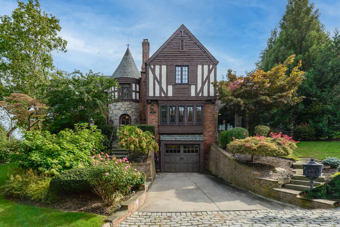Daniel Gale Sotheby's International Realty Manhasset in NY